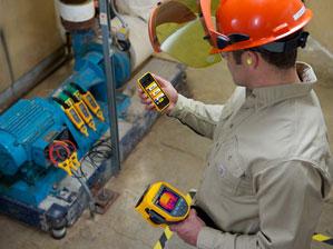Kỹ thuật viên xem xét các phép đo từ các công cụ Fluke Connect <sup> ® </ sup> trên điện thoại thông minh